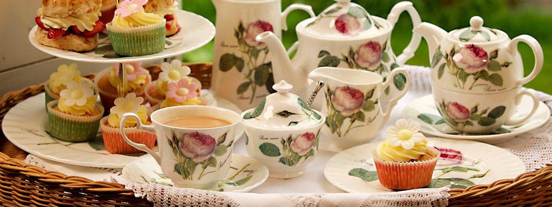 Roy Kirkham Redoute Roses stel, spisestel, kaffestel og testel i benporcelæn med smukt rosenmotiv.